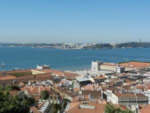Blick über Lissabon zum Tejo